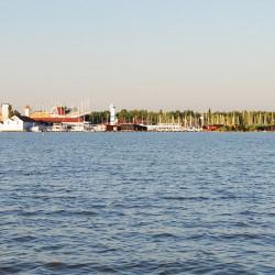 Blick vom Neusiedler See auf die Seebühne Mörbisch